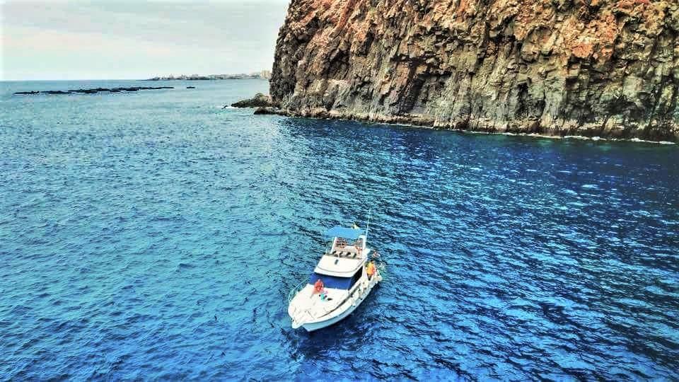 Tenerife óceánon úszó hajó
