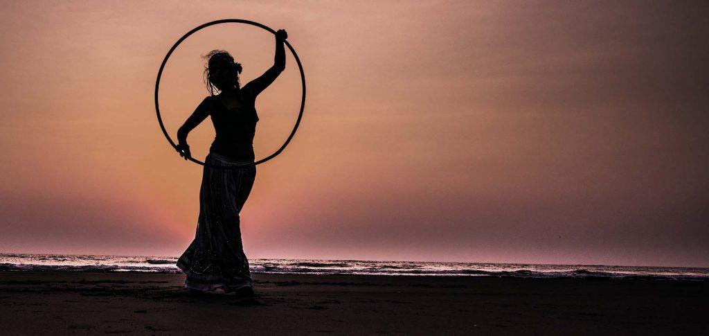 Tengerparti naplemente táncoló női alakkal