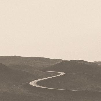 Dombok között kanyargó út