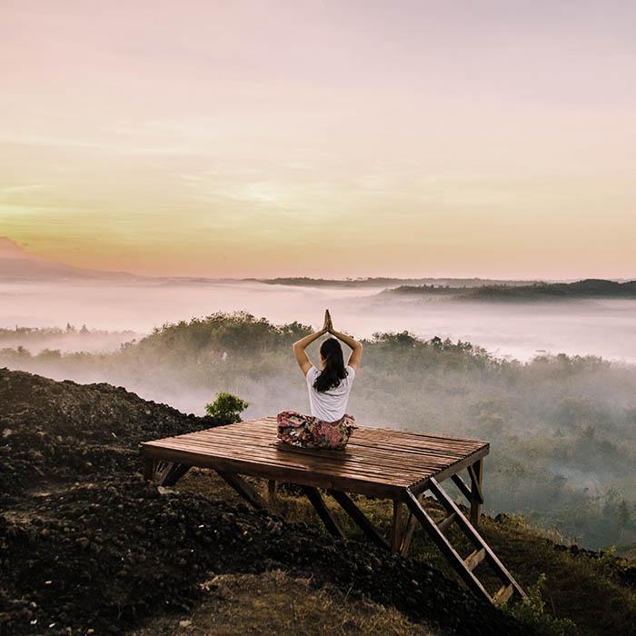 Befelé fordulás - meditáló nő gyönyörű természeti környezetben