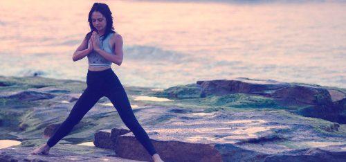 Tengerparton jógázó nő