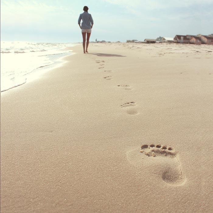 Lépések nyomai a tengerparti homokban