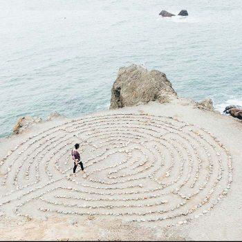 Útkeresés - tengerparti kör alakú labirintus kaviccsal kirakva